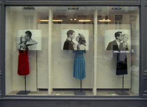 Emilie Faïf, plasticienne, 2005, installation « Hollywood Kiss » pour vitrines Isabel Marant, Paris.