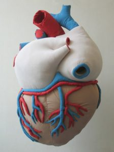 Emilie Faïf, plasticienne, 2007, sculpture textile «Coeur» pour vitrines Isabel Marant. Dimensions :  150 x 100 x 80 cm.