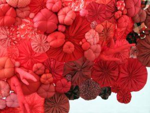Emilie Faïf, plasticienne, 2011, sculpture textile pour le Printemps Haussmann, Paris.