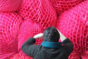 Emilie Faïf, plasticienne, mars 2015, sculpture textile pour les 150 ans du Printemps Haussmann, Paris.