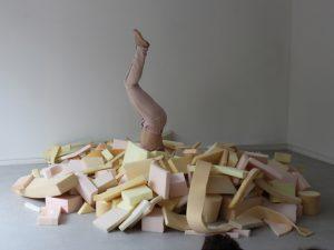 Remous est un spectacle pour tout petits co réalisé avec la chorégraphe Katalin Patkaï. <p>Des éléments en mousse de toutes formes s'amoncèlent pour construire, jouer, démolir et recommencer. </p>