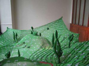 Emilie Faïf, plasticienne, 2008, installation «Prairie» pour vitrines Isabel Marant. Dimensions : 85 x 55 cm.
