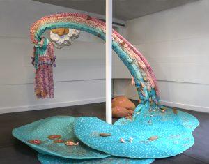 Emilie Faïf, plasticienne, juin 2011, installation textile pour les vitrines de Tsumori Chisato, Paris.