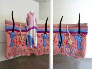 Emilie Faïf, plasticienne, septembre 2011, installation textile «Under the Skin» pour les vitrines de Tsumori Chisato, Paris.