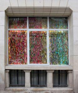 Emilie Faïf, plasticienne, février 2014, créations textiles pour les vitrines de Manuel Canovas, Paris.
