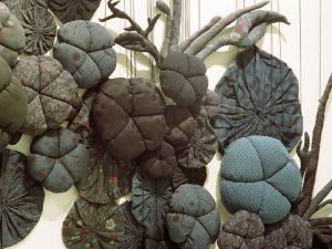 Emilie Faïf, plasticienne, 2006, création textile «Fleurs» pour corner Etoile du Printemps, Paris. © Françis Peyrat