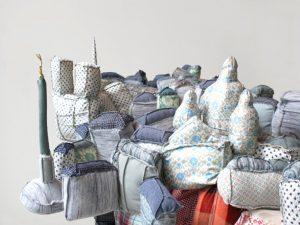 Emilie Faïf, plasticienne, 2010, sculpture textile «Paris-New York» pour vitrines Isabel Marant. Dimensions : 140 x 100 x 140 cm.