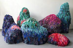 Emilie Faïf, plasticienne, juin 2021, création de sculptures textiles pour le spectacle «MU» de la chorégraphe Marion Muzac. Le travail textile de Emilie Faïf est orienté sur la réutilisation de languettes de tissus qui constituent la matière première de ces sculptures.