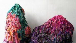Emilie Faïf, plasticienne, juin 2021, création de sculptures textiles pour le spectacle «MU» de la chorégraphe Marion Muzac. Noués un à un les uns aux autres, ces fragments de tissus dessinent des silhouettes pointillistes et hypnotiques navigant entre passé et futur.