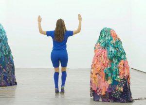 Emilie Faïf, plasticienne, juin 2021, création de sculptures textiles pour le spectacle «MU» de la chorégraphe Marion Muzac. MU est aussi une célébration de l'absurdité de ces corps glorieux qui alimentent le fantasme de puissance et de grandeur. © photo Edmon Carrère