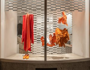 Angèle Guerre, visual artist, September 2020, « La chute suspendue », installation inspired by the myth of Icarus, Shang Xia, Hermès Group, store, 8 rue de Sèvres, Paris. The fall of Icarus is suspended, becomes hatching, the wings spread out in space. © photos Alex Jonas