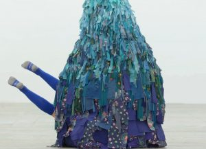 """Emilie Faïf, plastic artist, June 2021, creation of textile sculptures for the performance """"MU"""" by the choreographer Marion Muzac. For the show MU by choreographer Marion Muzac, Emilie Faïf creates sculptures, like timeless totemic figures reminiscent of phantasmagorical landscapes. © photo Edmon Carrère"""