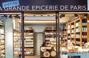 "Mathilde Jonquière, mosaic artist, September 2019, La Petite Grande Épicerie de Paris, Saint-Lazare railway station. The ""Ronds"" pattern studded with azure blue colored splinters echoes to the Grande Epicerie Rive Gauche's bakery display and to the ceramics of the store. In this frame where the Grande Epicerie's mythic selection of salty and sweety gems is presented, the mosaic counter stands as a central element gathering all these products."