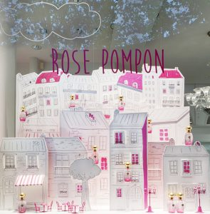 Annick Goutal continues the promotion of its fragrance Rose Pompon launched in 2015 with a window decor displaying the bottle in a parisian scenery.