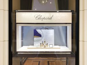 Soline d'Aboville, scenographer, December 2019, Christmas 2019 windows, Chopard. Allegory of the House Chopard, Arty is a little bear who lives incredible adventures in a pretty cartoon developed to celebrate the end of the year 2019.