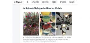 Les déchets ont belle allure avec les créations rassemblées à la Rotonde Stalingrad (Paris 19e). Les lampes « Liseron » tricotées au crochet par Tal Waldman sont réalisées à partir du plastique de sacs poubelle, de même que ce sublime arbre et son parterre fleuri, une métamorphose signée du décorateur de vitrine William Amor sous le nom : « La floraison de la pollution plastique ». Drôles d'Oiseaux présente des idées de mobilier à faire soi-même avec quelques tubes et des nœuds imprimés en 3D, tandis que la start-up A.bsolument donne une seconde vie à la radio de Mamie qu'elle transforme en station bluetooth dernier cri (à partir de 300 euros le coup de baguette magique). Beaucoup de jeunes créateurs ont la foi du recyclage, telle la start-up Maximum qui récupère le plastique industriel dont elle fait des fauteuils en technicolor. Mais le prix du concours Design Zéro Déchet 2016, organisé par Syctom (premier opérateur public européen du traitement des déchets), couronne un récipient en céramique, servant de composteur d'appartement. Quelques vers de terre à l'intérieur d'un des compartiments, et vous voilà débarrassé de la corvée poubelle… Pendant ce temps, au pied de la Rotonde, des animateurs accueillent les enfants pour des ateliers origami, en recyclant les pages de vieux livres. (source : Par Véronique Lorelle Publié le 08 septembre 2016)     https://www.lemonde.fr/m-design-deco/article/2016/09/08/que-voir-ce-samedi-a-la-paris-design-week_4994772_4497702.html