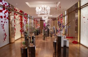 From September 19 to October 29, 2020, William Amor exhibition in the Guerlain boutique, space -1, 68 Avenue des Champs Elysées, 75008 Paris. Overview of the exhibition.