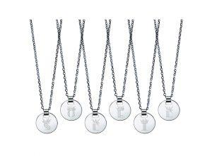 Christofle propose la personnalisation de médailles en argent, avec la gravure d'une des Lettrines Soleil.
