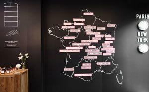 Ich&Kar a également dessiné une carte ludique, magnétique et interactive des fromages français. Grâce à la technologie «Visual Magnetics», les noms des fromages se détachent du panneau comme un aimant !