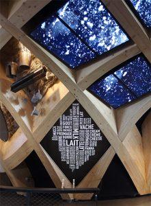 Deux installations se font écho : l'Arche de Lait de la scénographe Clémence Farrell et «Les Mots du Lait» d'IchetKar.