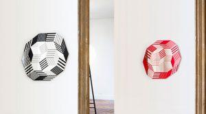 Penrose vient aussi habiller deux miroirs… En rouge et noir.