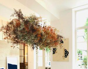 Marianne Guedin, installation végétale, juin 2021. Nuage suspendu à la Galerie Amélie Maison d'Art