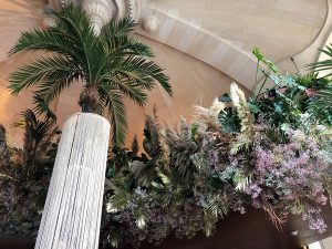 Marianne Guedin, installation végétale, septembre 2021, restaurant CoCo de l'Opéra Garnier, Paris. Création de nuages de fleurs et feuilles inspirée par Gatsby le Magnifique.