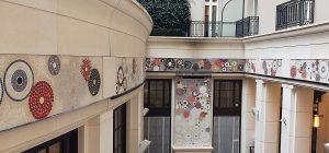 Commande de l'agence Londonienne David Collins Studio d'une fresque murale pour le patio de l'hôtel, espace à ciel ouvert situé en plein centre de Londres en face de la Tamise. Une fresque sur-mesure fait s'éclore une mosaïque de roses Lianes rouges et blanches qui court tout autour du patio, reliant les deux cheminées monumentales et unifiant ainsi l'intégralité du lieu.