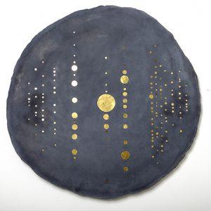C'est dans cet espace-là que se pose son regard, c'est sur ce matériau qu'intervient sa main : le ciment-joint qui liait entre eux les éléments de la composition, prend alors du volume et gagne de la surface pour devenir un agent de la composition.