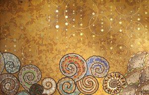 Des mosaïques d'inspiration Art-déco, à l'image des Brasseries Parisiennes des années 30, se meuvent en un décor animé par les bulles de champagne matérialisées par les tesselles d'or qui ruissellent sur les coquillages et les crustacés, symboles de la vie marine.