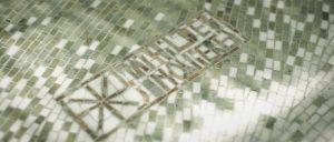 Signature de la mosaïque de marbre vert du jardin d'hiver par Mathilde Jonquière. (© Hennessy)