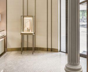Mathilde Jonquière, artiste mosaïste, mai 2019, boutique Cartier Serrano, Madrid. Le pavement de marbre situé à l'entrée de la boutique se fait seuil entre le réel et le féerique. Depuis l'entrée , le regard s'investit en résonance avec les belles nuances organiques des deux marbres rose, beige et banc sucre, puis s'ouvre sur la fenêtre de la fresque et à son récit, comme un véritable appel au rêve.