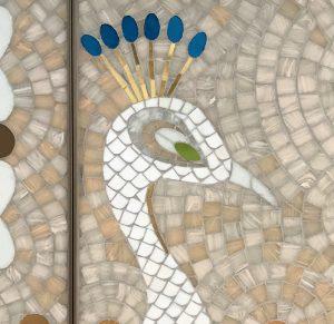Mathilde Jonquière,  artiste mosaïste, mai 2019, boutique Cartier Serrano, Madrid. Le paon, habitant du jardin royal Campo del Moro, rappelle à la fois la figure intemporelle de la femme assurée de sa superbe, la ville et les jardins royaux, ainsi que les collections de parures de Cartier.
