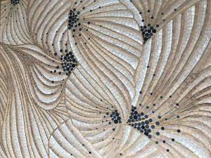 Mathilde Jonquière, artiste mosaïste, juillet 2019, fresque Effloraison, boutique Jacques Semer, Paris. La création de la future mosaïque débute sur le partage du paysage floral de Jacques Semer et de Mathilde Jonquière qui choisit l'essence de la Renoncule pour sa délicatesse, son élégance, ses tonalités composées de camaïeux roses poudrés.