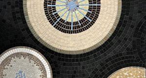 Mathilde Jonquière, artiste mosaïste, septembre 2019, La Petite Grande Épicerie de Paris, gare Saint-Lazare. La Grande Épicerie de Paris du Bon Marché ouvre une nouvelle Petite Grande Épicerie dans le cœur de la gare Saint-Lazare, dans le 8ième arrondissement à Paris.
