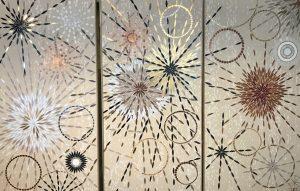 Mathilde Jonquière, mosaïste, Juin 2019, Triptyque Céleste. Ce triptyque a été pensé pour parer le centre du foyer, proche de l'âtre, lieu de lumière. Placé sur le mur d'un espace entre la sphère privée et le lieu de réception, il illustre l'idée d'une gravitation, de centre, de trajectoires et de rassemblement. Dimension de chaque panneau : 2 m. x 1 m.