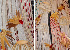 Mathilde Jonquière, artiste mosaïste, mars 2021, fresque en mosaïque, 6m x 1,60m,  Méduses & Oiseaux, Paris. Sensible au monde marin et aux tapisserie de Jean Lurçat, la cliente soumet l'idée des méduses et Mathilde Jonquière des oiseaux s'envolant du jardin attenant. Mathilde Jonquière nous offre alors une fluidité née de deux univers improbables, les ombrelles des méduses en tesselles d'or nacre se gonflent et se dégonflent transparentes et légères. © photo Olivier Saillant