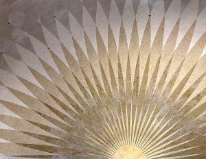 Mathilde Jonquière, artiste mosaïste, octobre 2021, fresque et conception du sol en mosaïque, boutique Cartier, Genève. Le dessin se déploie, rayonne tel un levé du soleil magnifiant la fresque, véritable écrin à bijou.