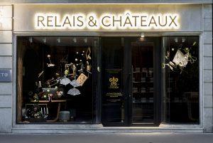 2016 – RELAIS & CHÂTEAUX – Les décors créés par Soline d'Aboville pour l'ouverture de la nouvelle boutique Relais & Châteaux avenue de l'Opéra à Paris sont une véritable invitation au voyage : d'une malle entrouverte s'échappent quantité d'objets inattendus, conjuguant la fantaisie, la diversité et la poésie propres au réseau des Relais & Châteaux. ©Géraldine Brunel