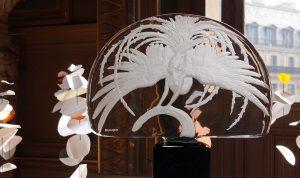 A l'occasion du lancement presse de la nouvelle collection Lalique / Opéra National de Paris, Soline d'Aboville habille la Rotonde du Glacier du Palais Garnier d'un décor qui évoque la danse, tout en grâce et en légèreté.