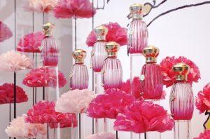Février 2016 – ANNICK GOUTAL – Rose Pompon – Pour le lancement de la nouvelle fragrance «Rose Pompon», Soline d'Aboville imagine une vitrine dédiée à la rose, comme fleur et comme couleur.