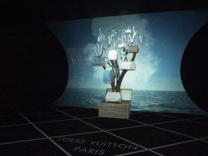 Décembre 2013 -Louis Vuitton – la généalogie des sacs de ville – boutique des champs-élysées. Chaque famille de sac se transforme grâce à un dispositif de video-mapping évoquant leur diversité, tandis que l'arrière-plan en suggère les origines et le porté grâce à une rétro-projection. Évocation de la collection créée en 2007 par Yayoi Kusama, figure emblématique de l'art contemporain japonais.