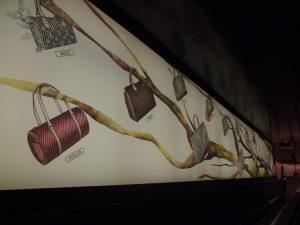 Décembre 2013 – Louis Vuitton – la généalogie des sacs de ville – boutique des champs-élysées.»Les sacs de ville Louis Vuitton : une histoire naturelle», Chine.