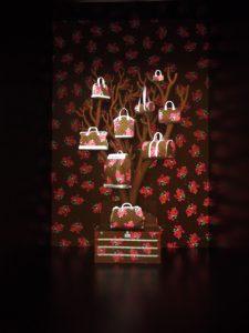 Décembre 2013 – Louis Vuitton –  la généalogie des sacs de ville – boutique des champs-élysées. Illustration de l'hommage rendu à Steven Sprouse par Marc Jacobs en 2007. Steven Sprouse avait réinterprété la toile Monogram en superposant ses graffitis monochromes au dessin de la toile.