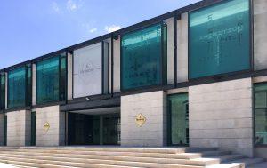 2018. Soline D'Aboville conçoit la mise en scène de l'exposition Vhils dans l'espace dit 'le Plateau', au premier étage du bâtiment Hennessy bordant la Charente à Cognac.