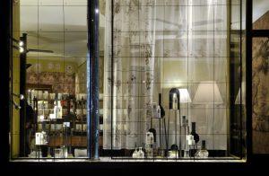 Printemps 2014 – – DIPTYQUE – L'art du soin pour le visage – Décors de vitrines, réseau international. Les produits sont présentés devant le Livre des infusions réinterprété en voilages.