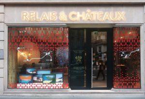 Décembre 2018 – Relais & Châteaux. En cette fin d'année, Soline d'Aboville réalise le décor des vitrines de Noël de la boutique Relais & Châteaux de l'avenue de l'Opéra à Paris.