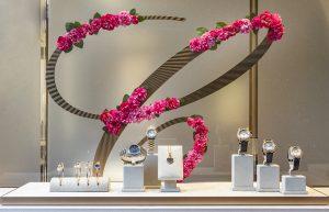 Soline d'Aboville, scénographe, juin 2020, Animations vitrines Chopard Printemps-Ete 2020. Soline d'Aboville poursuit sa collaboration avec la Maison Chopard et habille de fleurs pour l'été 2020, le C iconique de la marque.