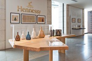 Soline d'Aboville, scénographe, Octobre 2020, scénographie, Maison Hennessy. A l'occasion du 150ème anniversaire du cognac Hennessy XO, la maison Hennessy a confié à Soline d'Aboville la scénographie de l'événement dans le berceau historique de la maison à Cognac à travers une expérience en deux volets : une rétrospective permettant de revivre 150 ans d'histoire à travers la présentation de pièces historiques, ainsi qu'une expérience de dégustation.