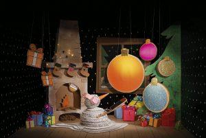Soline d'Aboville, scénographe, décembre 2020, Set Design, Campagne Orange Noël 2020, agence Publicis Conseil. Et si on se fabriquait des souvenirs ensemble ? Pour Noël, un grand-père reçoit un magnifique smartphone tout neuf dont il ne sait pas trop ce qu'il va faire. Tel est le pitch de la campagne publicitaire d'Orange pour Noël 2020 : pour la réalisation du volet imprimé de cette campagne, Soline d'Aboville crée et fabrique dix décors 100% fait main, 100% recyclés et recyclables, 100% festifs ! © photo Vincent Bousserez